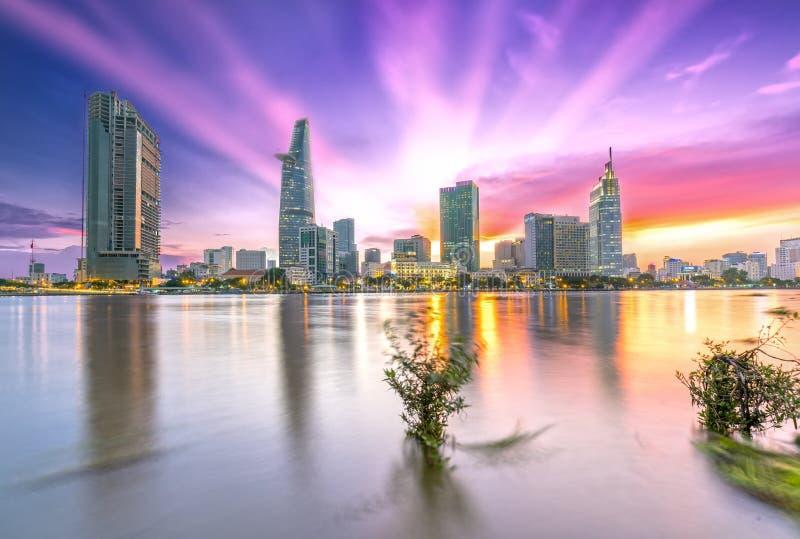 Les rayons de soleil de ville de rive opacifie dans le ciel à la fin du jour images stock