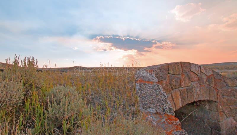 Les rayons de soleil par le coucher du soleil opacifie en Hayden Valley au pont de pierre de crique d'Antler d'élans en parc nati photos libres de droits