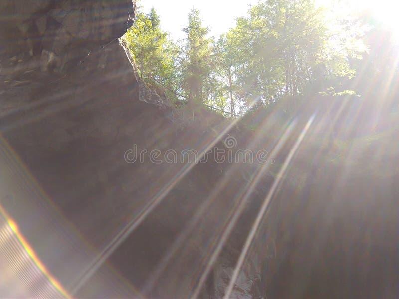 Les rayons du soleil tombent dans une caverne où du marbre est extrait photos libres de droits