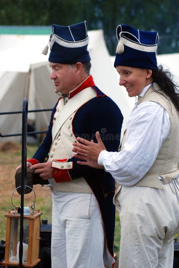Les reenactors d'homme et de femme chez Borodino luttent la reconstitution historique en Russie images stock