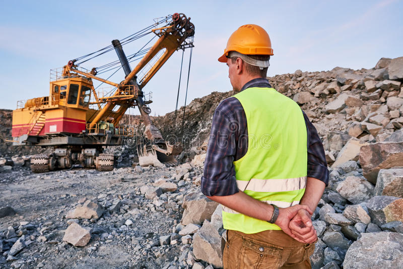 Download Les Regards De Travailleur Sur L'excavatrice Fonctionne à Ciel Ouvert Image stock - Image du machine, grand: 77157835
