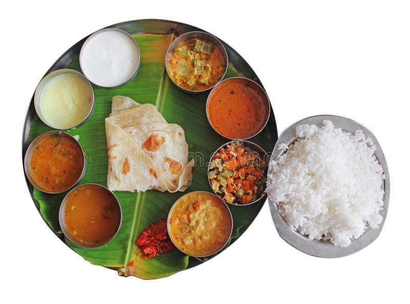 Les repas de plaque indiens du sud sur la banane poussent des feuilles sur le blanc image stock