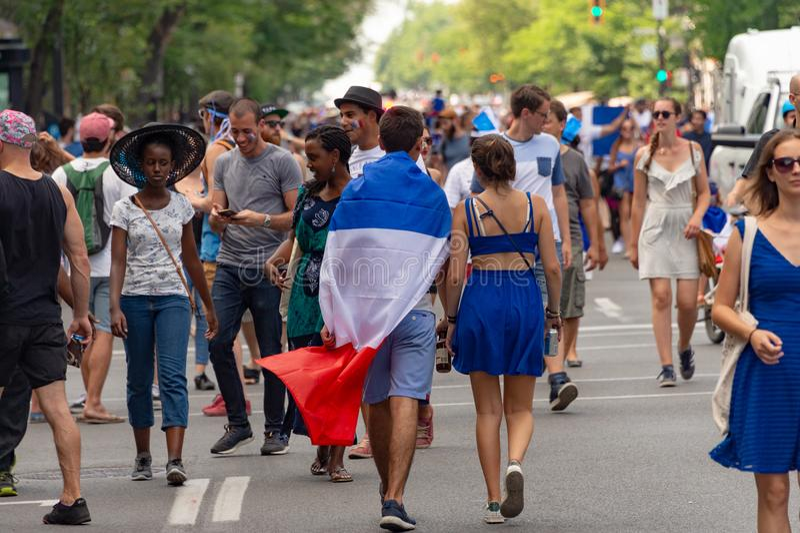 Les ressortissants français célèbrent la victoire de l'équipe de football française photographie stock