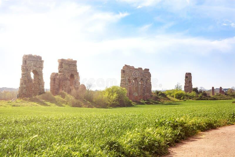 Les restes archéologiques à l'intérieur des aqueducs se garent à Rome photo libre de droits