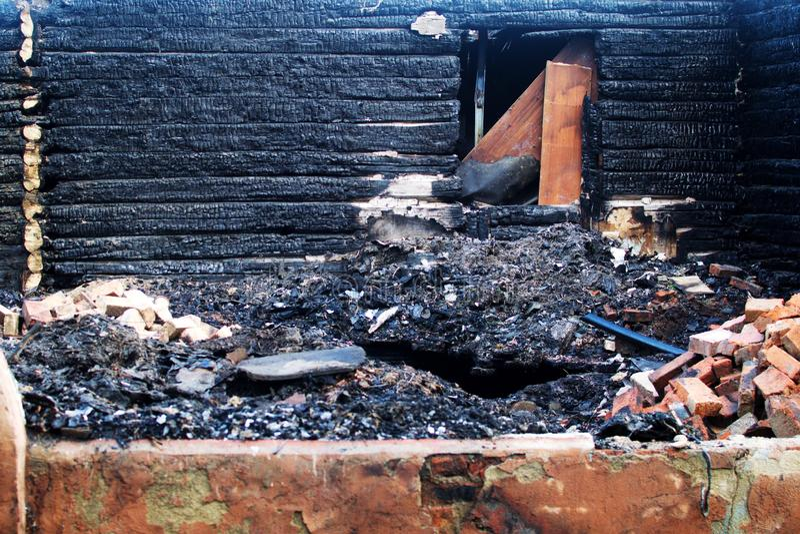 Les restes de la maison en bois après le feu photos libres de droits