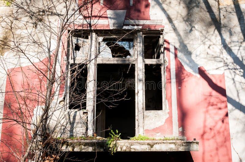 Les restes de la villa démolie et abandonnée dans la zone de guerre ont endommagé et ont détruit des fenêtres images stock