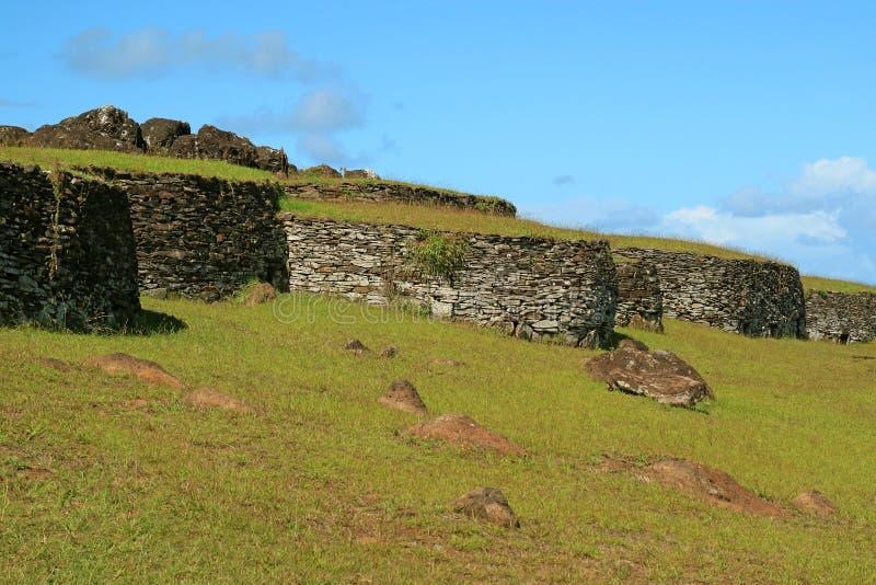 Les restes des Chambres en pierre au village d'Orongo, site archéologique de centre cérémonieux sur l'île de Pâques, Chili photographie stock