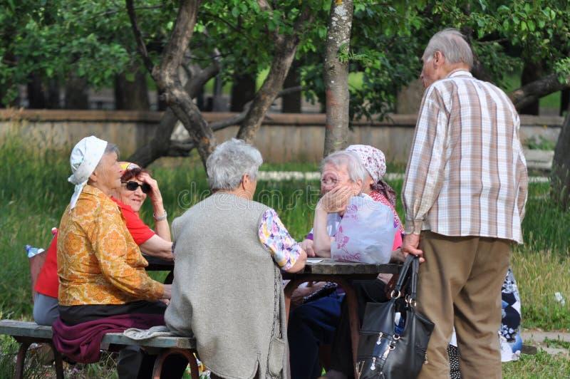 Les retraités communiquent sur la rue photo stock
