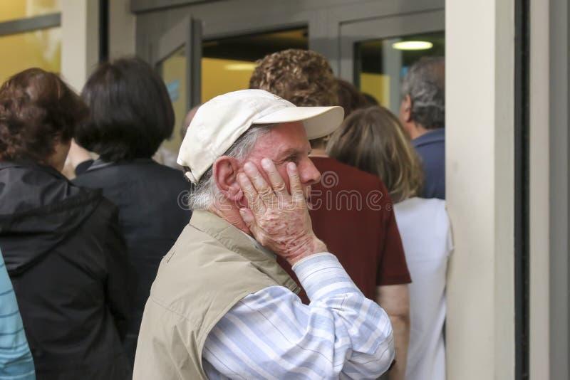 Les retraités font la queue en dehors d'une branche de National Bank comme banques seulement op photographie stock