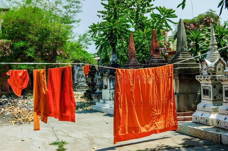 Les robes longues de moines bouddhistes accrochant pour sécher photographie stock libre de droits