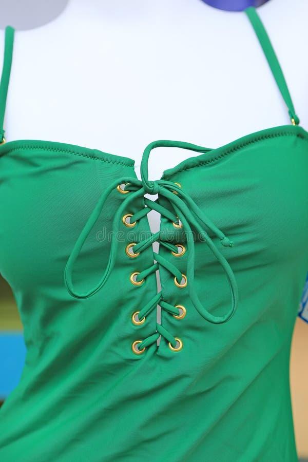 Les robes sexy vertes en gros plan montrent dans la marionnette images stock