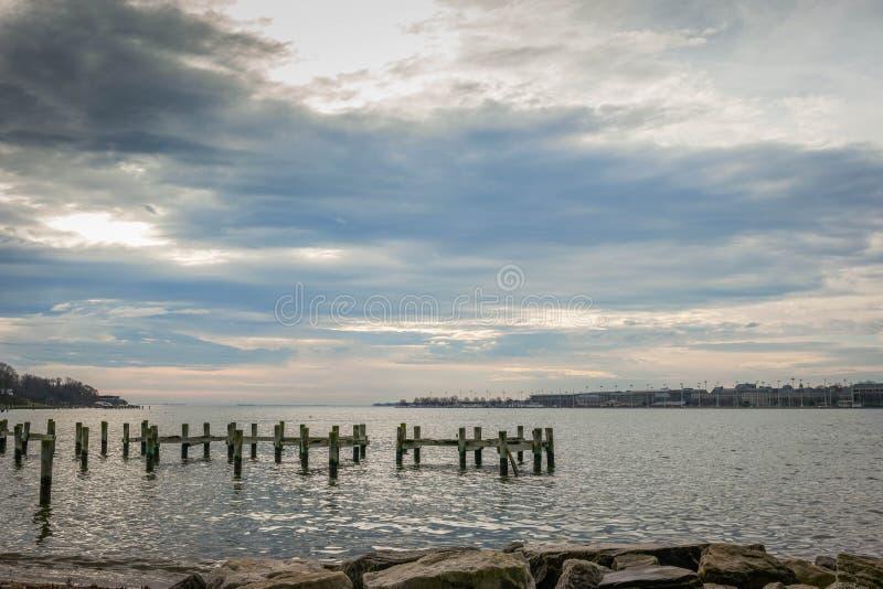 Les roches, baie, ont dépouillé le pilier, et le ciel bleu avec le croisement nuageux image libre de droits