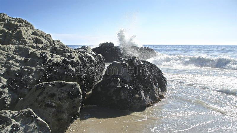 Les roches d'océan ondulent l'éclaboussure images libres de droits