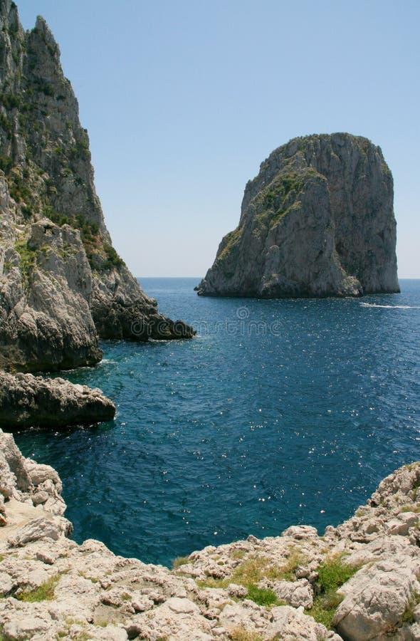 Les roches de Faraglioni, Capri image stock