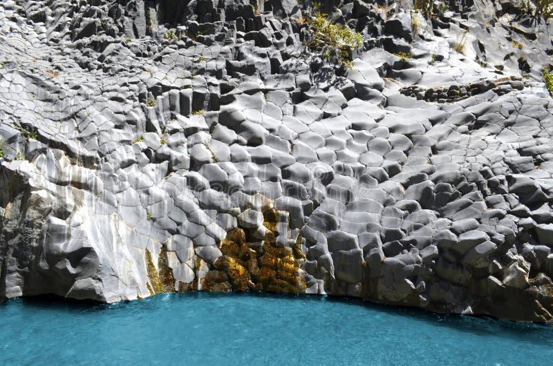 Les roches de la rivière d'Alcantara images libres de droits