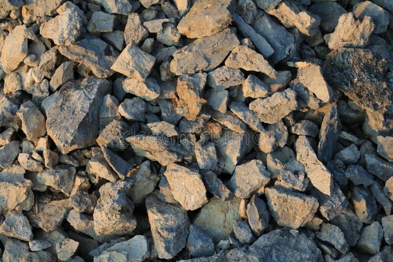 Les roches donnent une consistance rugueuse d'une carrière en pierre au coucher du soleil images libres de droits