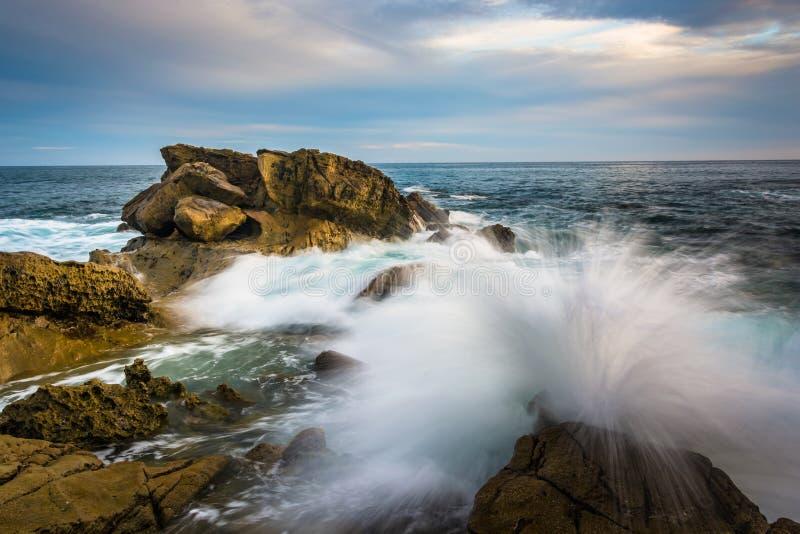Les roches et les vagues dans l'océan pacifique au monument se dirigent photographie stock