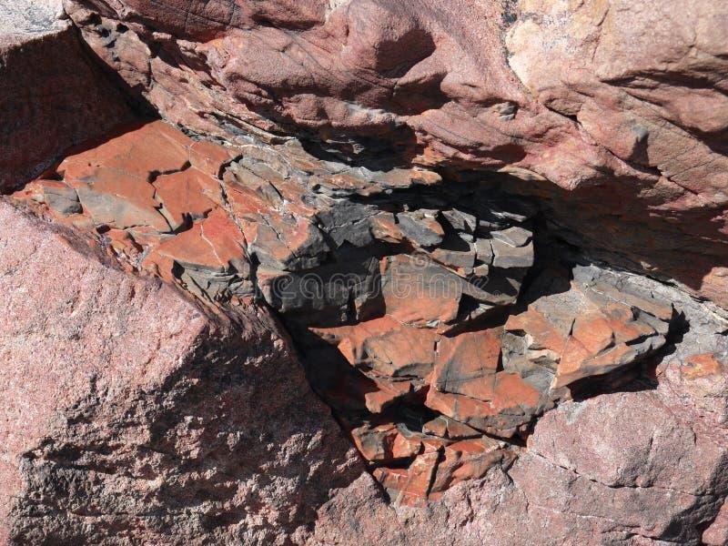 Les roches rocailleuses soumettent à la neige et à la glace photos stock