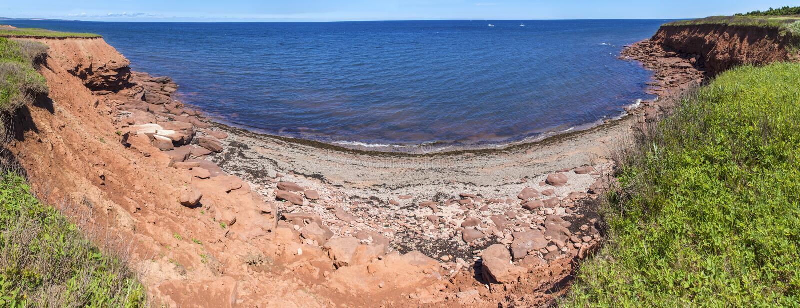 Les roches rouges sur Cavendish échouent Pano et x28 ; Longer& x29 ; , Prince Edward Island photo libre de droits