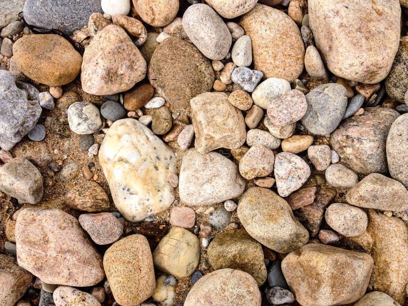 Les roches rugueuses et colorées sur une Île de Block échouent image stock