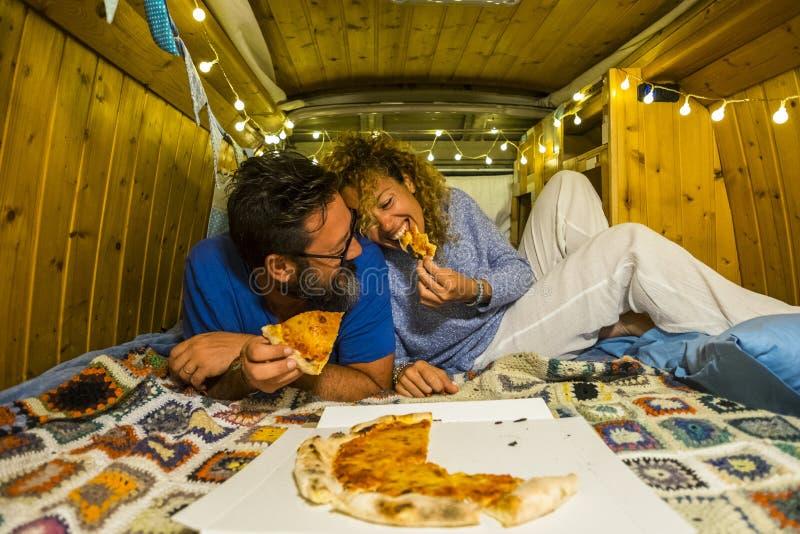 Les Romantiques jeunes couples amoureux profitent de la petite maison dans un vieux fourgon restauré en mangeant ensemble de la p photos stock