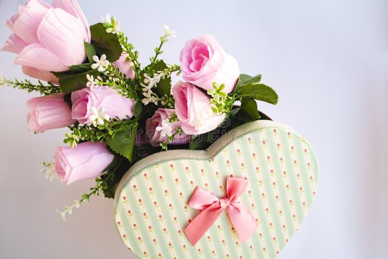Les roses aiment la carte de voeux du jour de valentine de coeur image libre de droits