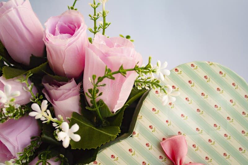 Les roses aiment la carte de voeux du jour de valentine de coeur photos stock