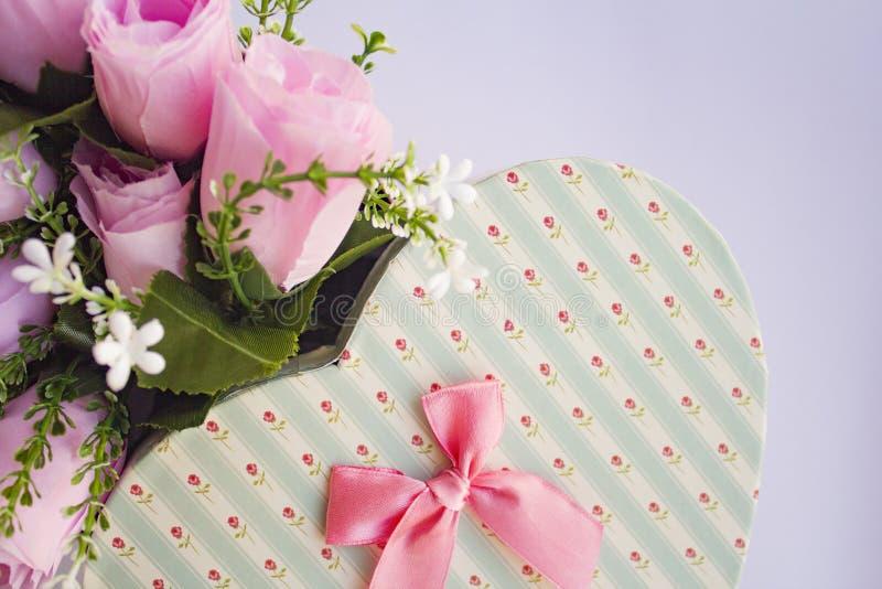 Les roses aiment la carte de voeux du jour de valentine de coeur photo libre de droits