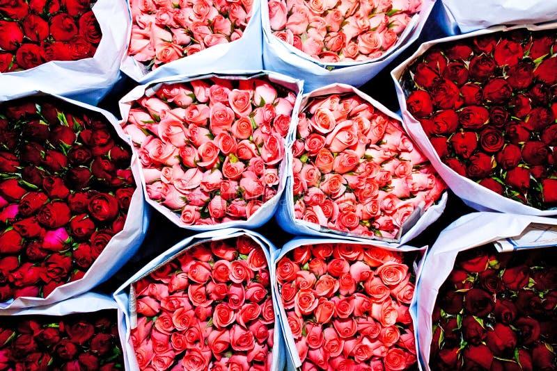 Les roses ont offert au début de la matinée du marché de fleur photographie stock