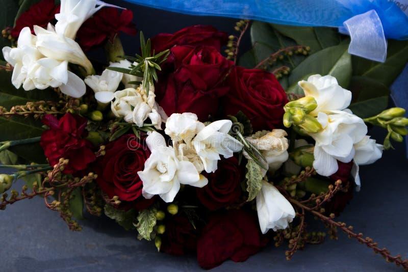 Les roses sur une guirlande photos libres de droits
