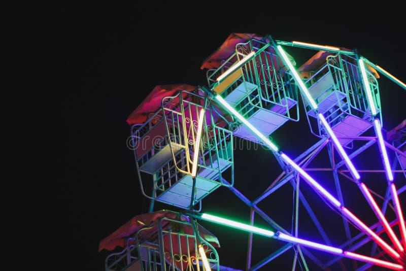 Les roues colorées de Farris de lumières de vintage montent la nuit photos libres de droits