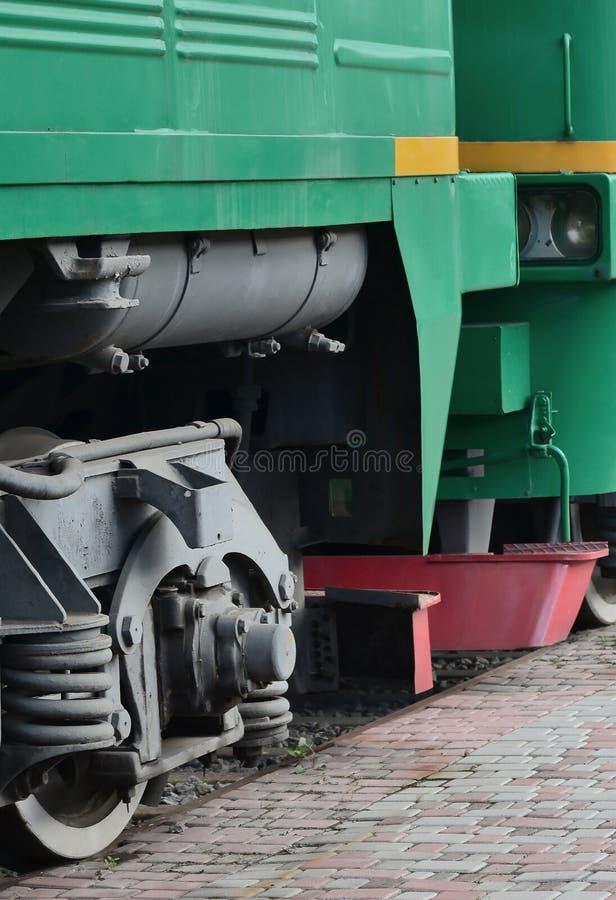 Les roues d'un train électrique russe moderne avec des amortisseurs et des dispositifs de freinage Le côté du Ca photographie stock