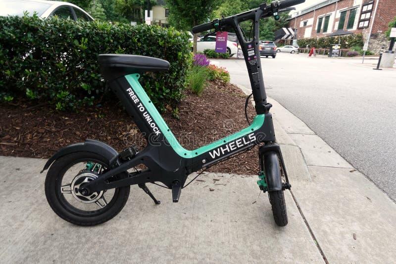 Les roues montent le vélo de part image stock