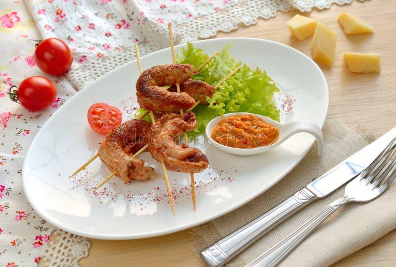 Les roulades de viande frites sur des brochettes images stock