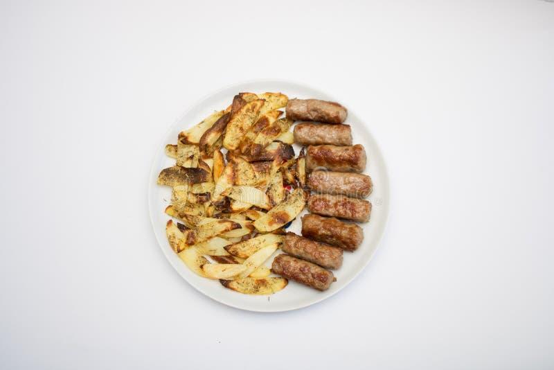 Les roulades de viande hachée et les pommes chips ont isolé photographie stock
