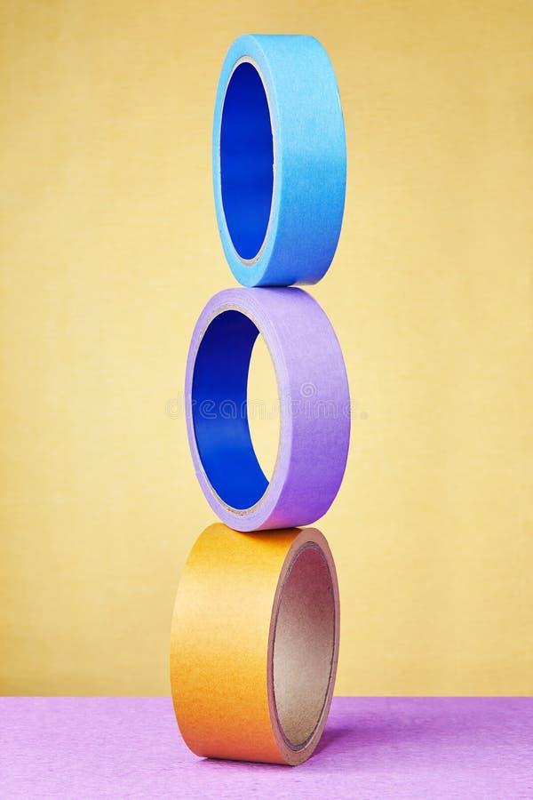 Les rouleaux équilibrés de ruban adhésif ont placé en longueur un au-dessus d'autre photographie stock libre de droits