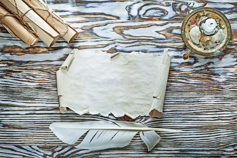 Les rouleaux de papier de vintage font varier le pas de la bougie de chandelier sur le conseil en bois photos libres de droits