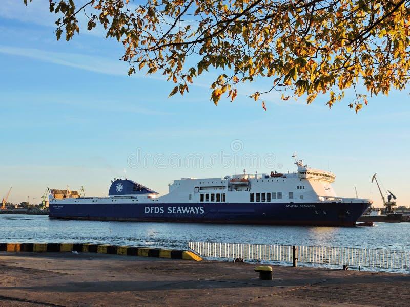 Les ROUTES de DFDS ATHÉNA se transportent dans le port de ville de Klaipeda, Lithuanie images stock