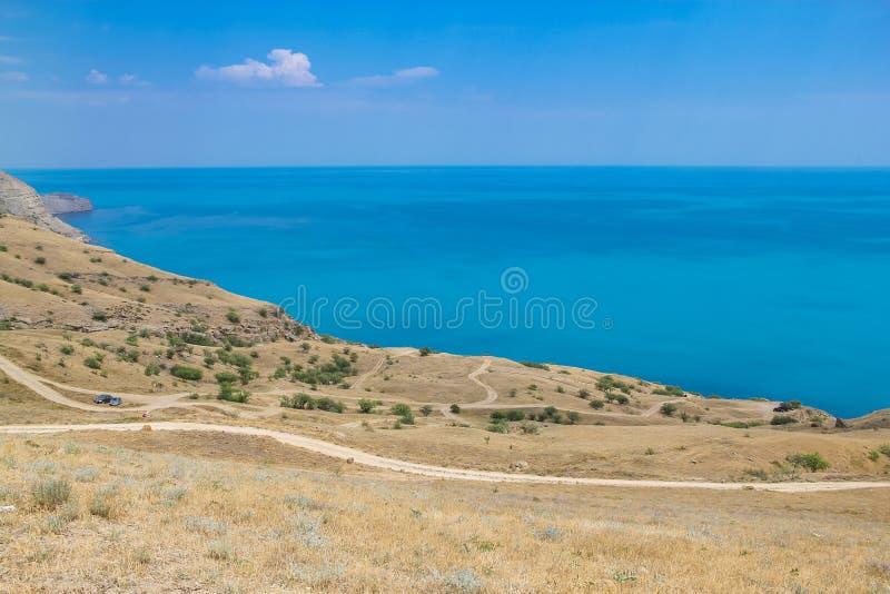 Les routes et la mer aménagent en parc au cap Meganom, la Côte Est de la péninsule de la Crimée Fond coloré, concept de déplaceme photo stock