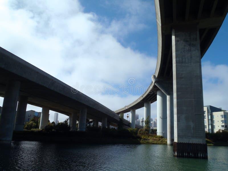 Les routes intersectent dans le ciel au-dessus de la crique de mission photos libres de droits