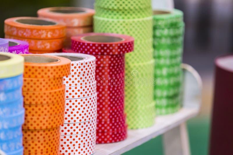 Les rubans perforés décoratifs en détail, les bandes colorées s'étendent dans des piles de bobines Rubans dans le magasin une gra photos libres de droits