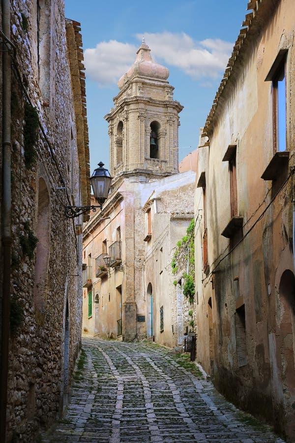 Les rues étroites de la ville d'Erice, Italie images libres de droits