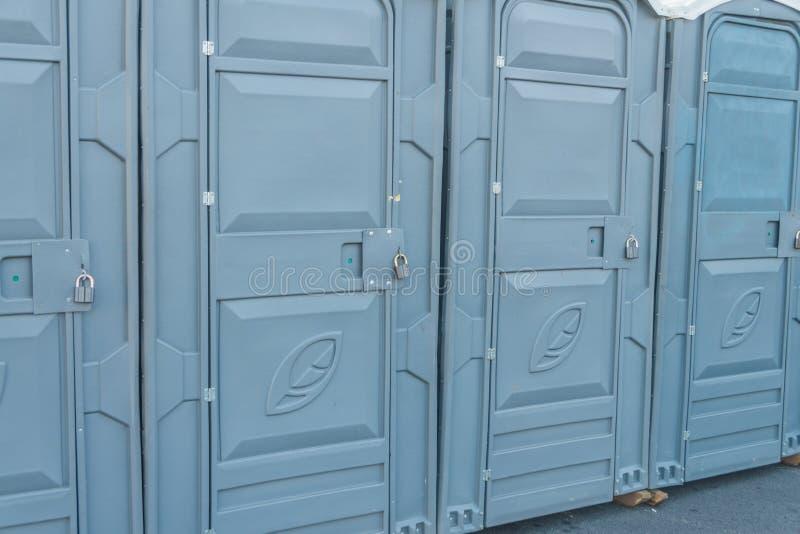 Les rues de la ville se sont fermées sur les toilettes publiques d'un cadenas image stock