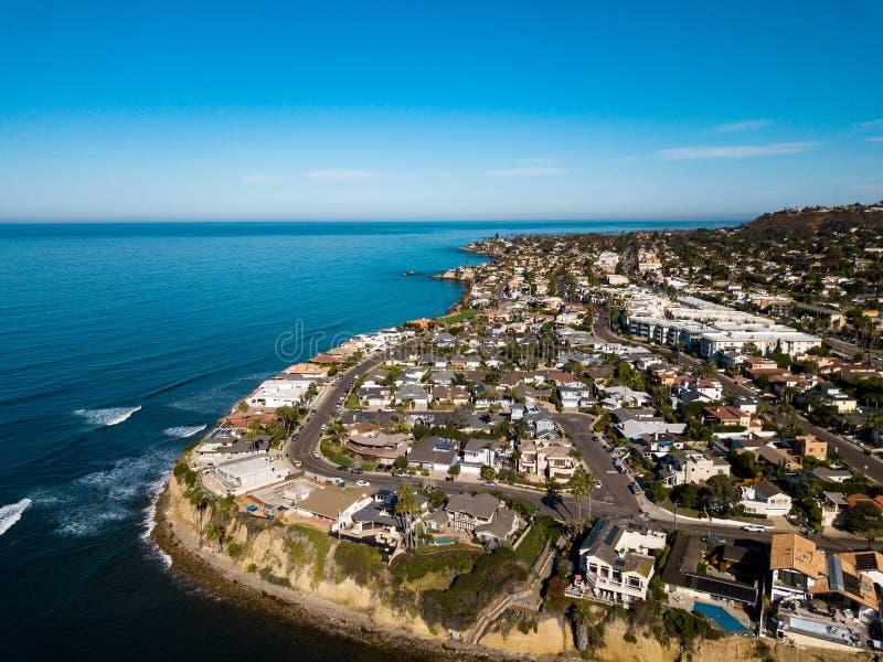 Les rues et les maisons de San Diego Pacific échouent l'antenne photographie stock libre de droits