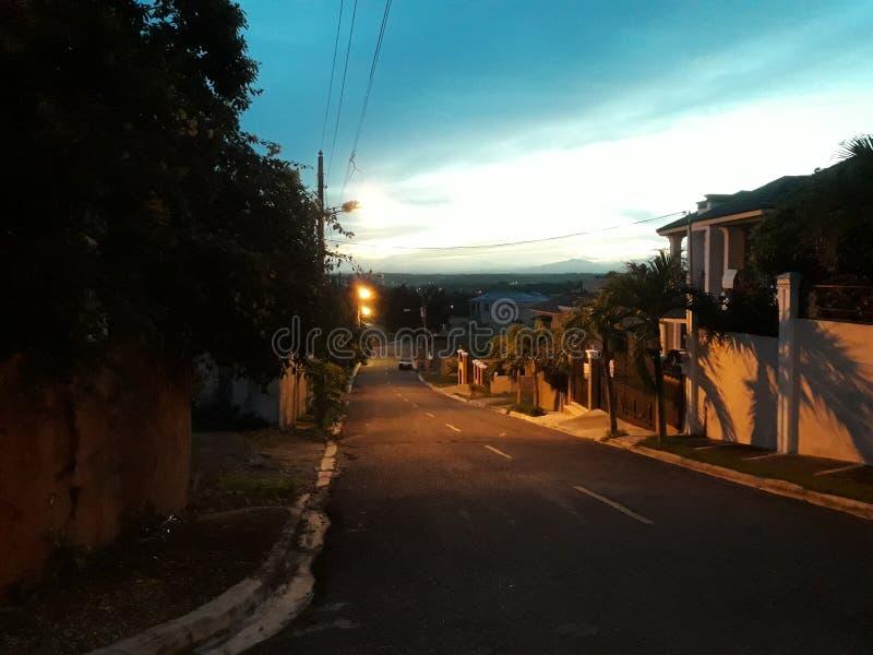 Les rues pendant la nuit photo libre de droits