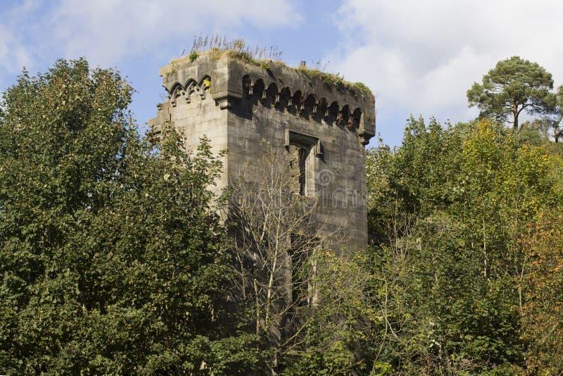 Les ruines écossaises d'un château ont perdu dans les bois photo stock