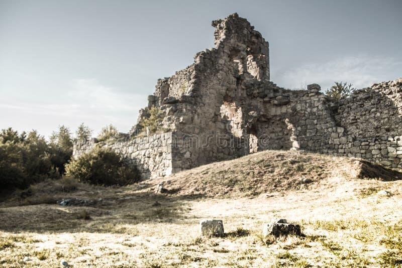 Les ruines antiques du chou frisé de Mangup de tour d'observation photo stock