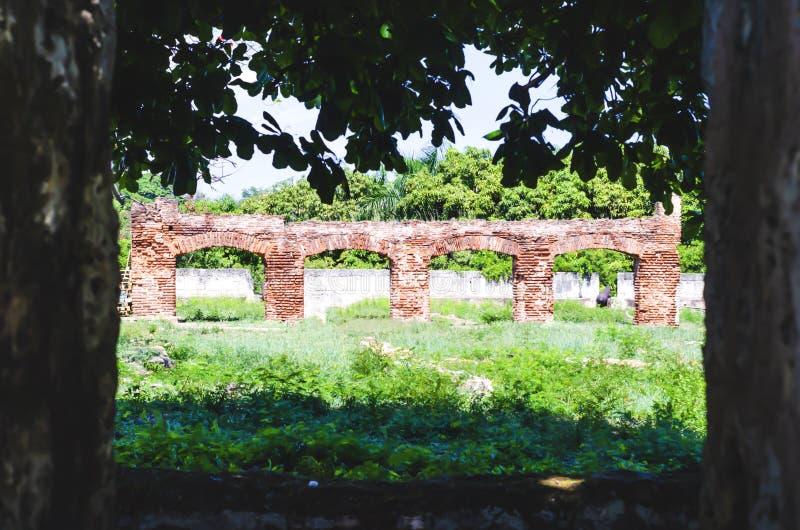 Les ruines coloniales, restes des immeubles de brique qui forment ont répété des voûtes dans le fort Ozama De Santo Domingo images stock