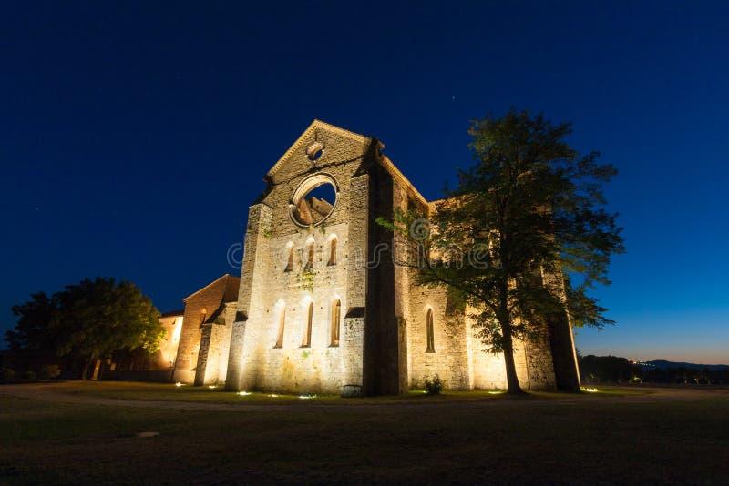 Les ruines d'abbaye de San Galgano en Toscane en été photo libre de droits