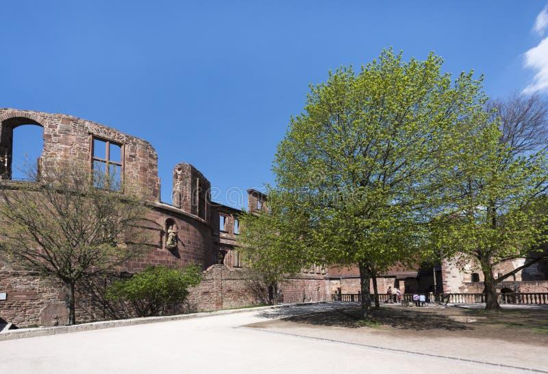 Les ruines d'Heidelberg se retranchent - le plan rapproché de la tour isolée avec les fenêtres vides à côté de contraster les arb images stock
